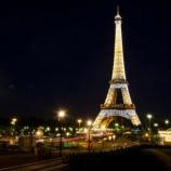 Эйфелева башня будет светиться национальными цветами втечении трех дней
