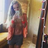 Бритни Спирс похвасталась фигурой, сделав селфи в любимом купальнике